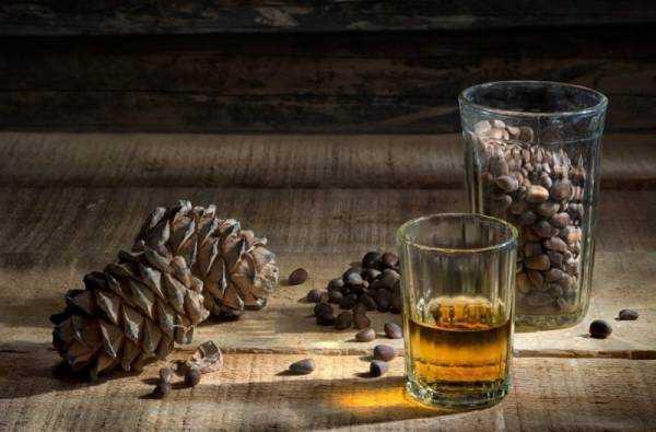 Настойка на кедровых орешках (Кедровка): полезные и лечебные свойства, 4 рецепта, как сделать кедровую настойку