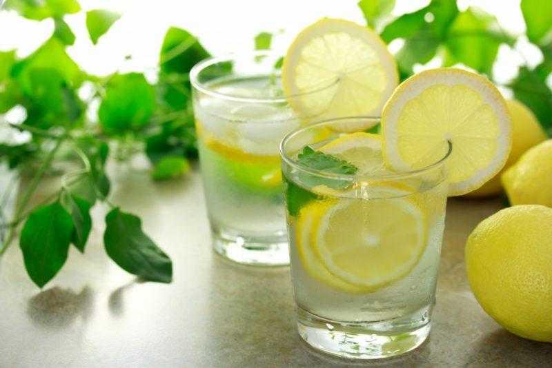 Вода с лимоном: польза и вред, применение для похудения натощак