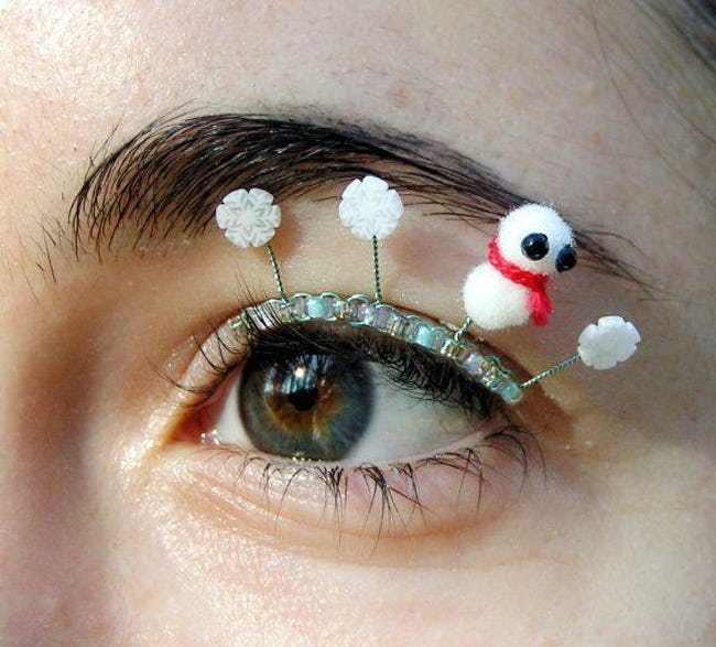 Они приклеивают мелкую декорацию на глаза — и все ради красивых фото в Инстаграмм
