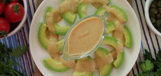 Закуска из авокадо с пикантным соусом из арахиса