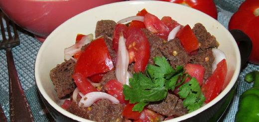 Хлебный салат с помидорами и луком