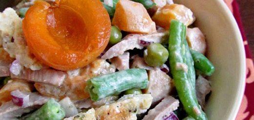 Салат с говядиной, абрикосами и яичными блинчиками