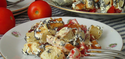 Салат с копчёной курицей, сухариками и маком