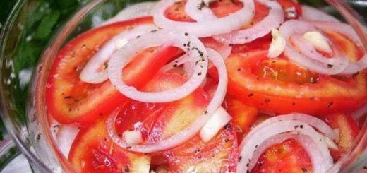 Закуска из помидоров и лука: весь секрет в маринаде