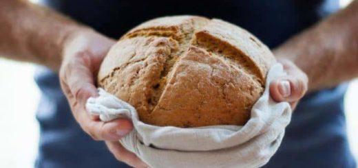 Покупать хлеб во сне — к богатству, прибыли, удачной торговле.