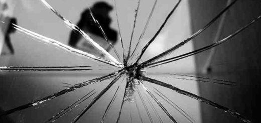 Примета: что будет если случайно разбить зеркало