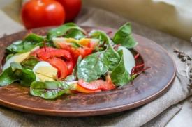 Вкусный салат с яйцами, помидорами и болгарским перцем: рецепт с фото