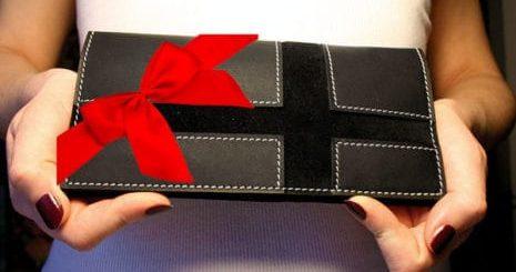 Можно ли дарить кошелёк и как правильно это делать
